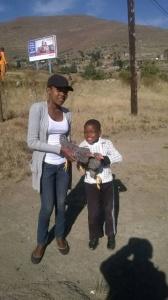 Mr Lekanyane verschenkt ein Huhn und einen Hahn :-)